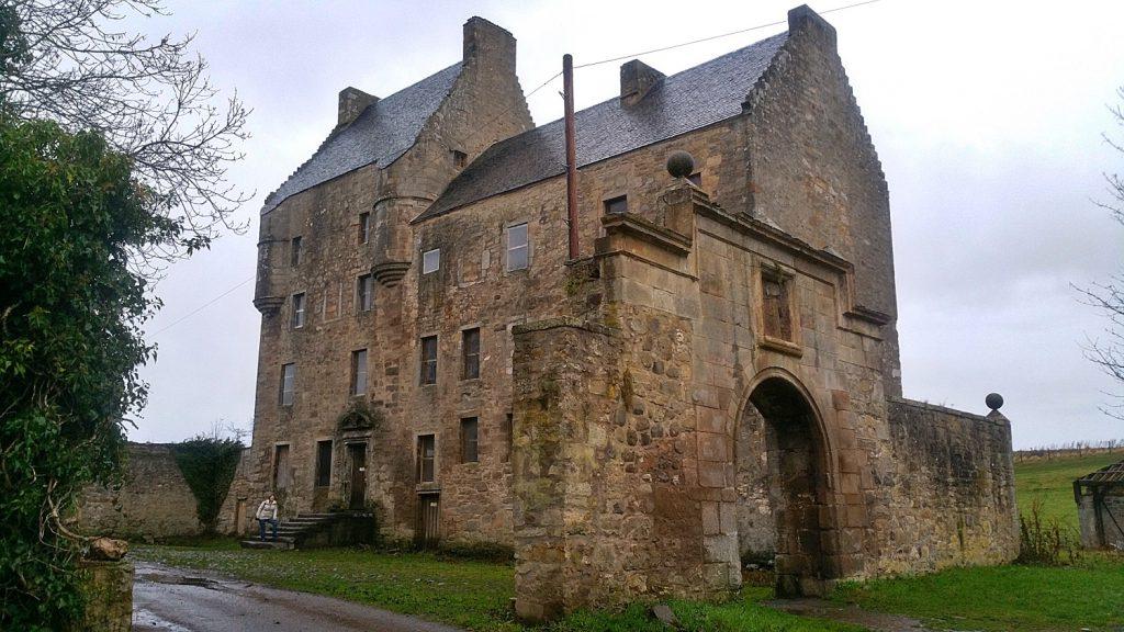 Midhope castle, arco e cortile