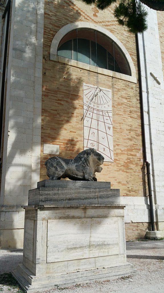 monumento funebre vicino cattedrale di fermo