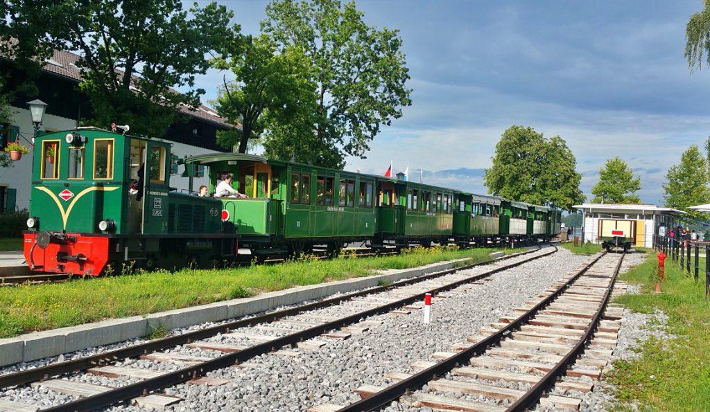 stazione con treno a vapore