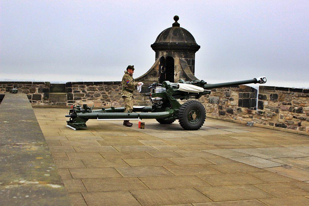 cannone al castello di edimburgo