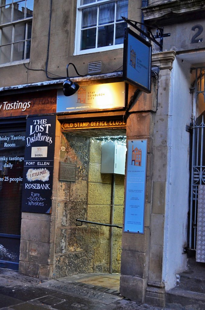 Royal Mile di Edimburgo: high street - old stamp office close