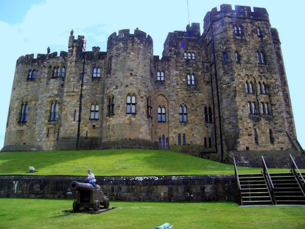 Alnwick castle, edifici interni e cannone