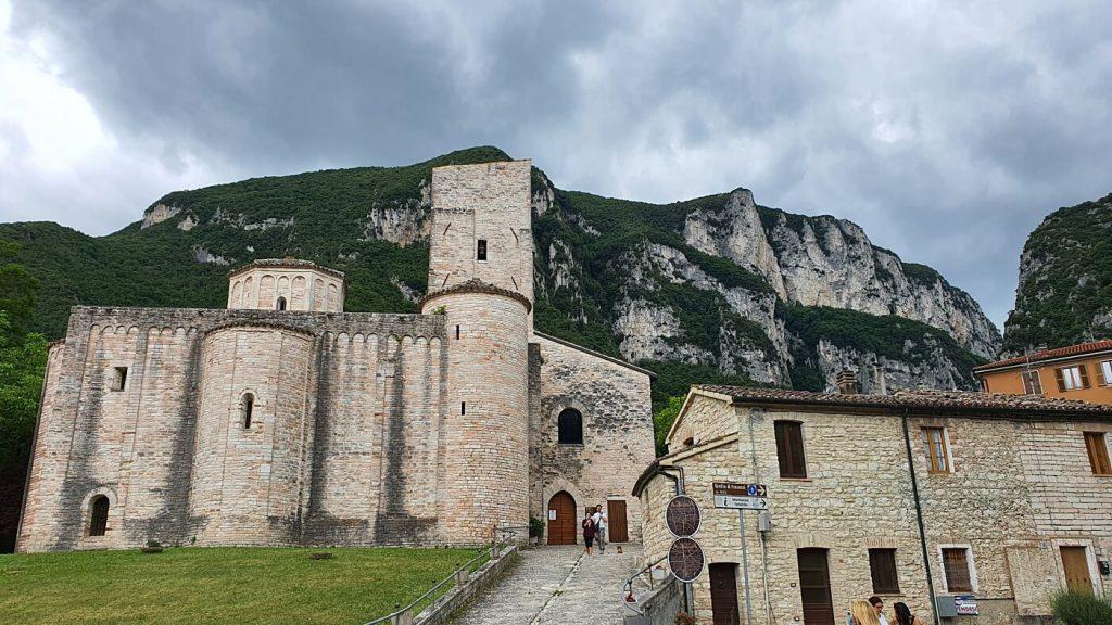 abbazia di san vittore alle chiuse - visitare le marche