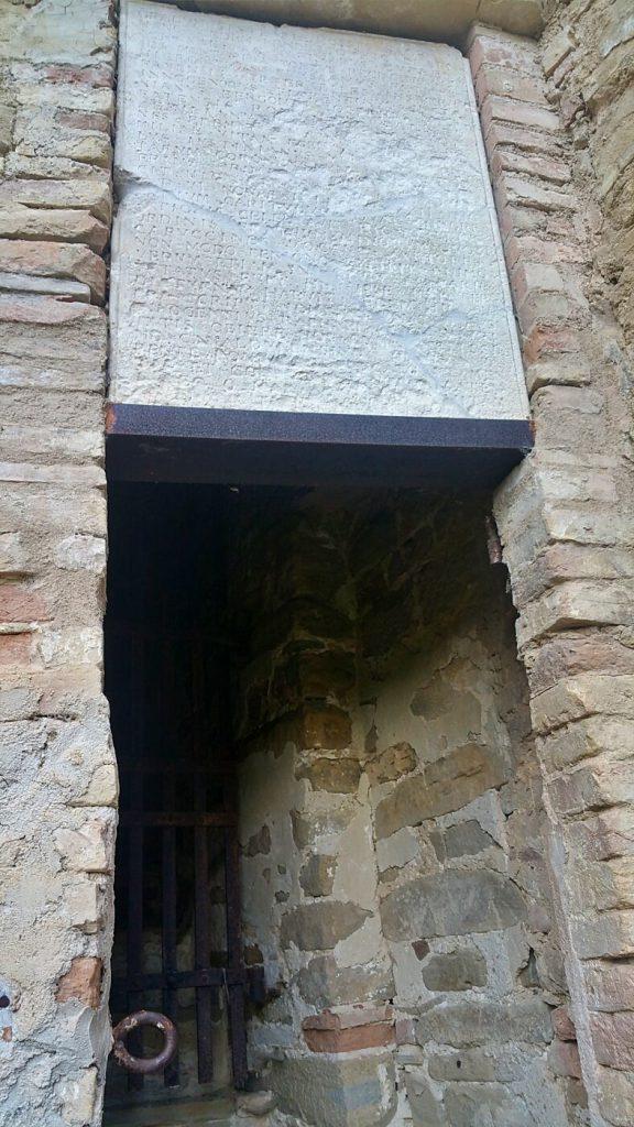 incisione sopra alla porta dell'eremo delle grotte