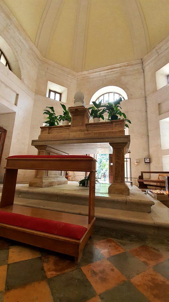 altare dentro al tempio del valadier