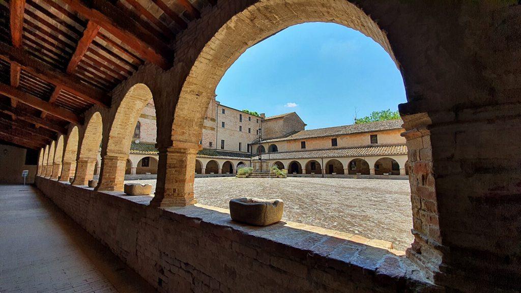 monastero abbazia di fiastra, il chiostro
