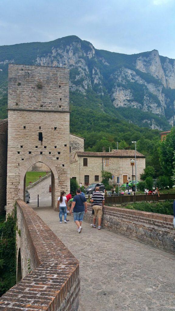 ponte romano e torre romanico gotica