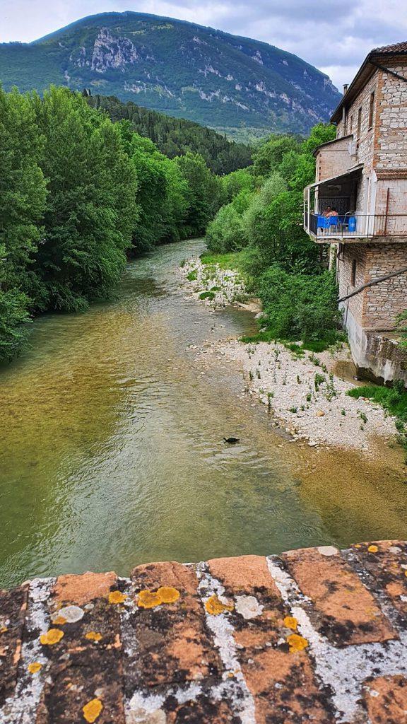 ponte romano e vista sul fiume sentino