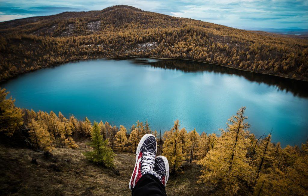 cosa spinge a viaggiare - un'immensa foresta e un grande lago