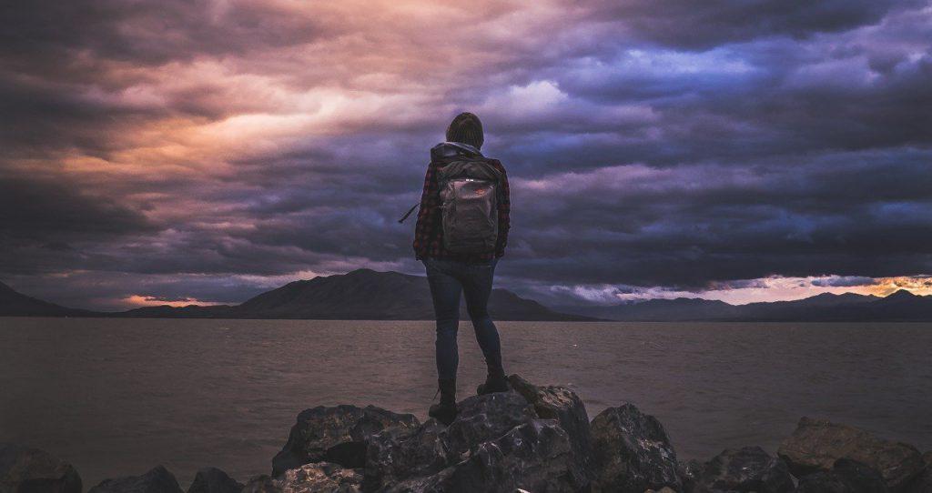 perchè viaggiare - una ragazza da sola che guarda l'orizzonte