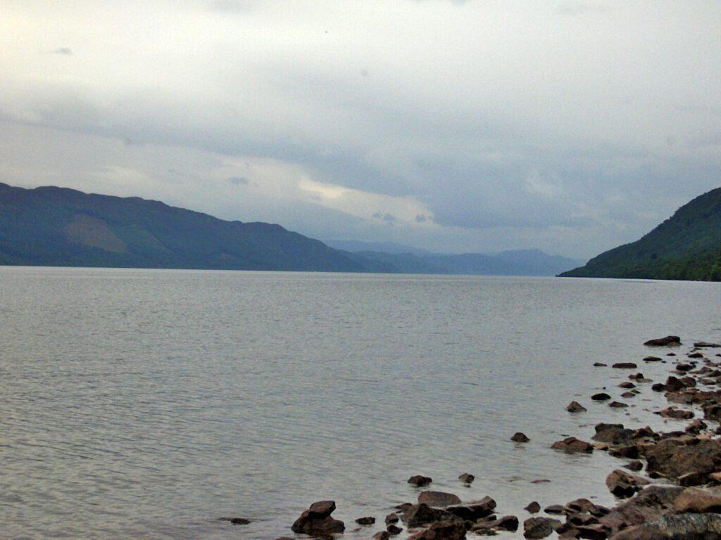 lungo le rive del lago di loch ness