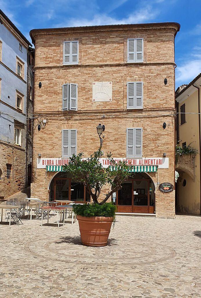 piazza peretti, borghi da vedere nelle marche, borghi più belli d'italia nelle marche