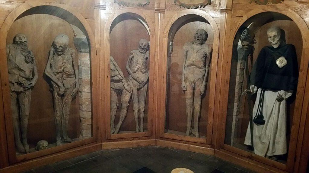 cimitero delle mummie di urbania, chiesa dei morti