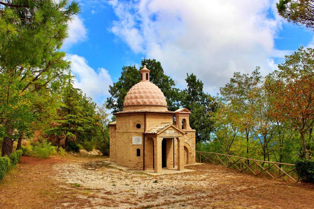 tempio della madonna della salute, moresco, dove vedere il foliage nelle marche