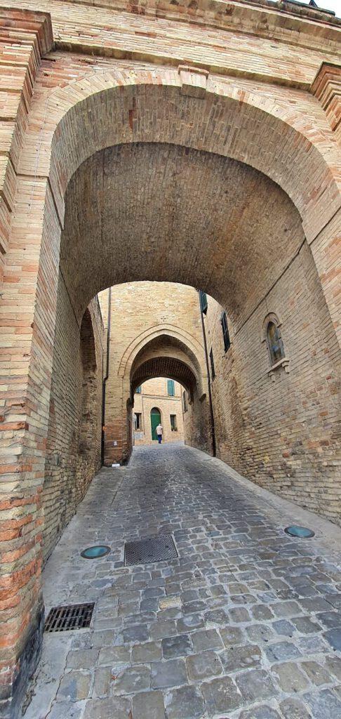 antiche porte, borghi medievali nelle marche